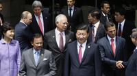 Au premier plan à droite, le président chinois Xi Jinping, entouré d'autres dirigeants, au sommet de l'Apec, le 8 octobre 2013 à Nusa Dua en Indonésie [Dennis M. Sabangan / Pool/AFP]