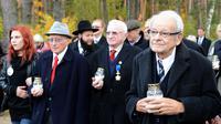 Philip Bialowitz (deuxième gauche), Thomas Blatt (centre) et Jules Schelvis, présents lors d'une cérémonie en hommage aux survivants du camp de Sobibor, le 14 octobre 2013  [ / AFP]
