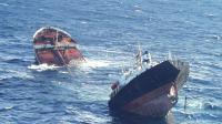 Le pétrolier Le Prestige, coupé en deux coule au large de la Galice, le 19 novembre 2002 [ / AFP/Archives]