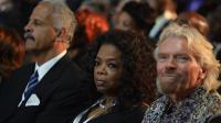 Le milliardaire Richard Branson (d) en compagnie de la présentatrice vedette américaine Oprah Winfrey aux funérailles de Nelson Mandela à Qunu, en Afrique du Sud, le 15 décembre 2013 [Odd Andersen / Pool/AFP/Archives]