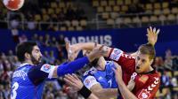 Le Russe Egor Evdokimov (d) à la lutte avec les Français Nikola Karabatic (g)  et Igor Anic (c) lors de la première journée de l'Euro de handball à Aarhus, au Danemark, le 13 janvier 2014 [Jonathan Nackstrand / AFP]