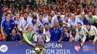 L'équipe de France messieurs de handball pose avec son trophée après sa victoire en finale de l'Euro-2014, le 26 janvier 2014 à Herning (Danemark) [Jonathan Nackstrand / AFP]