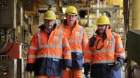 Le Premier ministre britannique James Cameron (c) visite, le 24 février 2014, une plateforme BP en mer du Nord, avec des responsables de la société, Trevor Garlick (g) et Mark Furness (d) [Andy Buchanan / Pool/AFP]