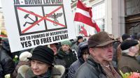 Vétérans lettons ayant combattu dans les rangs de la Waffen SS durant la deuxième Guerre mondiale et leurs sympathisants, le 16 mars 2014 à Riga [Ilmars Znotins / AFP]