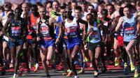 Mo Farah (au centre) au départ du Marathon de Londres le 13 avril 2014 à Londres [Carl Court / AFP]