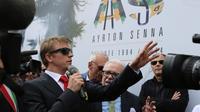 Le pilote finlandais de F1 Kimi Raikkonen (à gauche) rend hommage au Brésilien Ayrton Senna lors d'une cérémonie pour commémorer le 20e anniversaire de sa mort  sur le circuit d'Imola le 1er mai 2014 [Mauro Monti / AFP]
