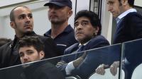 Diego Maradona (c), à Turin, lors de la demi-finale d'Europa League entre la Juventus et Benfica Lisbonne, le 1er mai 2014 [Olivier Morin / AFP/Archives]