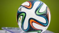"""Le ballon officiel de la Coupe du Monde 2014, le """"Brazuca"""", avant un match amical opposant l'Allemagne et la Pologne, le 13 mai 2014 à l'Imtech Arena de Hambourg. [Odd Andersen / AFP]"""
