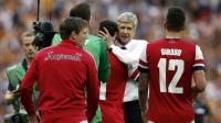 L'entraîneur d'Arsenal Arsène Wenger félicite ses joueurs pour leur victoire en finale de Coupe d'Angleterre, le 17 mai 2014 contre Hull à Wembley [Adrian Dennis / AFP/Archives]