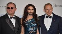 Le travesti barbu récent vainqueur de l'Eurovision, Conchita Wurst (c), et le fondateur du Life Ball, Gery Keszler (d) au gala de l'Amfar au Cap d'Antibes le 22 mai 2014 [Alberto Pizzoli / AFP/Archives]