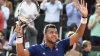 Le Français Jo-Wilfried Tsonga célèbre sa victoire face à Edouard Roger-Vasselin au premier tour de Roland-Garros, le 25 mai 2014 à Paris [Pascal Guyot / AFP]
