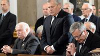 L'ex-président Lech Walesa (g) et le président polonais Bronislaw Komorowski (c) lors d'une messe à la mémoire du général Wojciech Jaruzelski à Varsovie, le 30 mai 2014 [Janek Skarzynski / AFP]