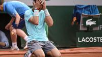 L'Espagnol Rafael Nadal, tombé à genoux après sa victoire en finale de Roland-Garros contre Novak Djokovic, le 8 juin 2014 [Miguel Medina / AFP]