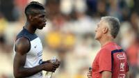 Le milieu de terrain français Paul Pogba en discussion avec Didier Deschamps, le 10 juin 2014 à Ribeirao Preto [Franck Fife / AFP]