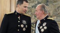 Le roi d'Espagne Felipe VI (g) et son père, le roi Juan Carlos qui a abiqué, à la Zarzuela à Madrid le 19 juin 2014  [Zipi / Pool/AFP/Archives]