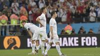 Le capitaine et milieu de terrain anglais Steven Gerrard, et les défenseurs Gary Cahill et Leighton Baines après leur défaite contre l'Uruguay lors des phases de poule du Mondial-2014, le 19 juin à Sao Paulo. [Daniel Garcia / AFP]