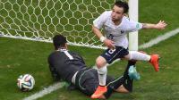 Le milieu de l'équipe de France Mathieu Valbuena (d) après son but marqué contre la Suisse au Mondial, le 20 juin 2014 à Salvador [ / AFP]