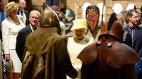 """La reine Elizabeth II et le Prince Philip dans les studios de la série télévisée de HBO à succès """"Game of Thrones"""" à Belfast le 24 juin 2014 [Arthur Allison / pool/AFP]"""