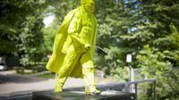 Une statue de Lenine vert fluo dans la pose du Manneken-Pis, en train d'uriner, par les artistes polonais Malgorzate Szydlowska et Bartosz Szydlowski, le 24 juin 2014 à Nowa Huta dans le cadre d'un festival artistique  [Bartosz Siedlik / AFP]