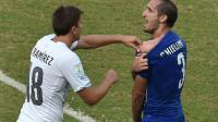Le défenseur italien Giorgio Chiellini (d) montre son épaule mordue par l'attaquant uruguayen Luis Suarez, le 24 juin 2014 à Natal  [Yasuyoshi Chiba  / AFP]