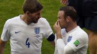 Le capitaine de l'Angleterre Steven Gerrard avec l'attaquant Wayne Rooney lors de la Coupe du Monde 2014, le 24 juin contre le Costa Rica à Belo Horizonte, Brésil. [Odd Andersen / AFP]