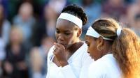 L'Américaine et N.1 mondiale Serena Williams (droite) et sa soeur Venus Williams (gauche) durant le double dames les opposant aux Ukrainiennes à Wimbledon le 25 juin 2014 [Andrew Cowie / AFP]