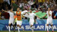Les joueurs algériens Aissa Mandi,  Madjid Bougherra, Saphir Taider et Nabil Ghilas célèbrent la qualification de leur équipe en 8e du Mondial après leur nul face à la Russie, le 26 juin 2014 à Curitiba [ / AFP]