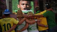 Des supporteurs brésiliens unis pendant leur hymne avant le match Brésil-Chili, dans l'école de samba Mangueira à Rio, le 28 juin 2014 [Yasuyoshi Chiba / AFP]