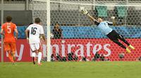 Le gardien costaricain de Levante Keylor Navas réussit un arret face aux Pays-Bas, en quart de finale du Mondial, le 5 juillet 2014 à Salvador [Fabrice Coffrini / AFP/Archives]