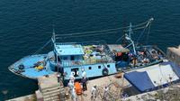 Des équipes de secours sortent le corps d'une trentaine d'immigrants le 20 juillet 2014 au port de La Vallette d'un bateau intercepté au large de l'île italienne de Lampedusa  [Matthew Mirabelli / AFP]