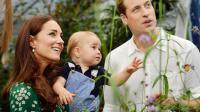 Photo officielle du prince William et de sa femme Kate avec leur fils, le prince George, prise lors d'une visite au muséum d'histoire naturelle de Londres le 2 juillet 2014 et rendue publique à l'occasion du premier anniversaire du prince George [John Stillwell / Pool/AFP]