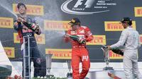Les pilotes de Formule 1 Daniel Ricciardo (L), Fernando Alonso (C) et Lewis Hamilton savourent leurs performances au Grand Prix de Hongrie, le 27 juillet 2014 [ / AFP]