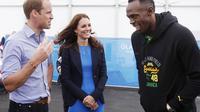 La star jamaïcaine Usain Bolt (d) plaisante avec le couple princier du Royaume-Uni, Kate (c) et William, pendant leur visite du village des Jeux du Commonwealth, le 29 juillet 2014 [ / POOL/AFP]