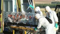 Arrivée en provenance du Libéria du prêtre catholique espagnol infecté par le virus Ebola sur la base aérienne de Torrejon près de Madrid pour être hospitalisé [Inaki Gomez / Ministère Défense espagnol/AFP]