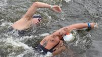 L'Allemand Andreas Waschburger (g) et le Français Axel Reymond (d) à la lutte lors de la finale du 25 km en eau libre des championnats d'Europe de natation, le 17 août 2014 à Berlin  [Tim Brakemeier / DPA/AFP]