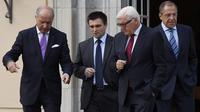 Les ministres des Affaires étrangères de France, Laurent Fabius (g), d'Ukraine (2è g) Pavlo Klimkin, d'Allemagne Frank-Walter Steinmeier (2e d) et de Russie Sergei Lavrov (d) lors d'une rencontre à Berlin le 17 août 2014 [Tobias Schwarz / AFP]