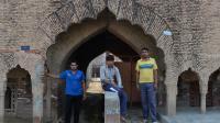 Yashpal More (g), Naveen More et Sanjay More posent dans le village de Hissar, dans l'Haryana, dans le nord de l'Inde, le 6 mai 2014. Un village où de nombreux hommes restaient célibatiares faute de femmes à épouser. [Sajjad Hussain  / AFP]