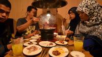 Des touristes thaïlandais musulmans dégustent des mets certifiés halal dans un restaurant de Tokyo, le 24 juin 2014  [Yoshikazu Tsuno / AFP]