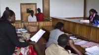 Deux Ougandais comparaissent devant un tribunal de Kampala, le 7 mai 2014, accusés d'avoir eu des relations homosexuelles [Isaac Kasamani / AFP/Archives]