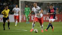 L'attaquant superstar du PSG Zlatan Ibrahimovic (c) s'est offert un triplé contre l'équipe de Kitchee en match amical, le 29 juillet 2014 à Hong Kong [ / AFP]