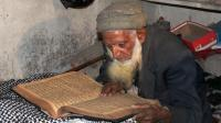 Hafeezullah, un Pakistanais de 107 ans récite le Coran dans son village de Chattah, dans le Cachemire pakistanais, le 1er décembre 2013 [Sajjad Qayyum / AFP]