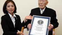 A 111 ans, Sakari Momoi, un Japonais né le 5 février 1903 à Minamisoma, a reçu le 20 aout 2014 à Tokyo un certificat le nommant officiellement comme l'homme le plus vieux du monde [JAPAN POOL / Jiji/AFP]