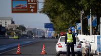 Un policier bloque l'accès à la place Tiananmen à Pékin, le 29 octobre 2013 [Ed Jones / AFP/Archives]