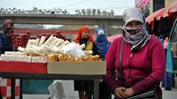 Une Ouïghoure dans une rue de Hotan le 6 novembre 2013 [Carol Huang / AFP]