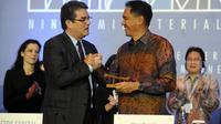 Le directeur général de l'OMC Roberto Azevedo (g) serre la main du ministre indonésien du Commerce Gita Wirjawan après un accord final, le 7 décembre 2013 à Nusa Dua, sur l'île indonésienne de Bali [Sonny Tumbelaka / AFP]