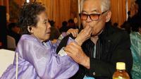 Un frère et une soeur se retrouvent lors d'une réunion des familles séparées par la guerre, le 21 février 2014 dans un hôtel du Mont Kumgang, en Corée du Nord [ / Yonhap/AFP]