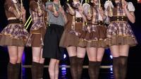 "Mariko Tsukamoto (3e gauche), 37 ans, a été choisie parmi 5000 concurrents pour rejoindre le ""girl-band"" AKB48, à Yokohama (Japon), le 17 avril 2014 [Jiji Press / Jiji Press/AFP]"