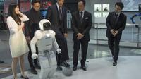 Le président américain Barack Obama a fait quelques passes de football avec un petit robot humanoïde japonais, Asimo, jeudi 23 avril 2014 à Tokyo au musée national des sciences et de l'innovation [Jim Watson / AFP]