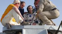 La sortie de l'astronaute Rick Mastracchio de la capsule russe Soyouz à son retour sur terre dans le Kazhakhstan, le 14 mai 2014 [Dmtry Lovetsky / Pool/AFP]