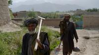 Des habitants dans les ruines du village de Deh Saqi, au nord de Kaboul, partiellement détruit par les talibans en 1999, le 5 juin 2014 [Shah Marai / AFP]